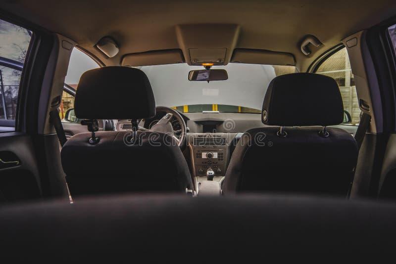 Salon d'une voiture, parties de cuir et plastique photographie stock