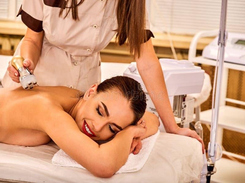 Salon de beauté arrière de massage de femme Soins de la peau électriques de femelle de stimulation photos stock