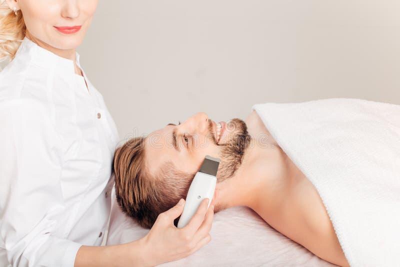 Salon de beauté facial de massage d'homme Soins de la peau électriques d'homme de stimulation photographie stock libre de droits
