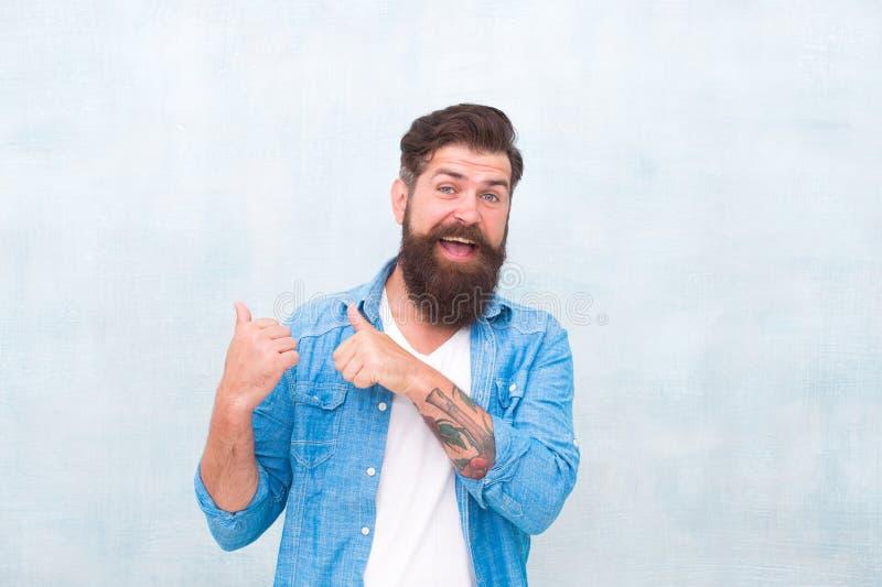 Salon de coiffeur Macho toilett? bon Le hippie avec la barbe et la moustache utilisent la chemise de denim Concept masculin de be images stock