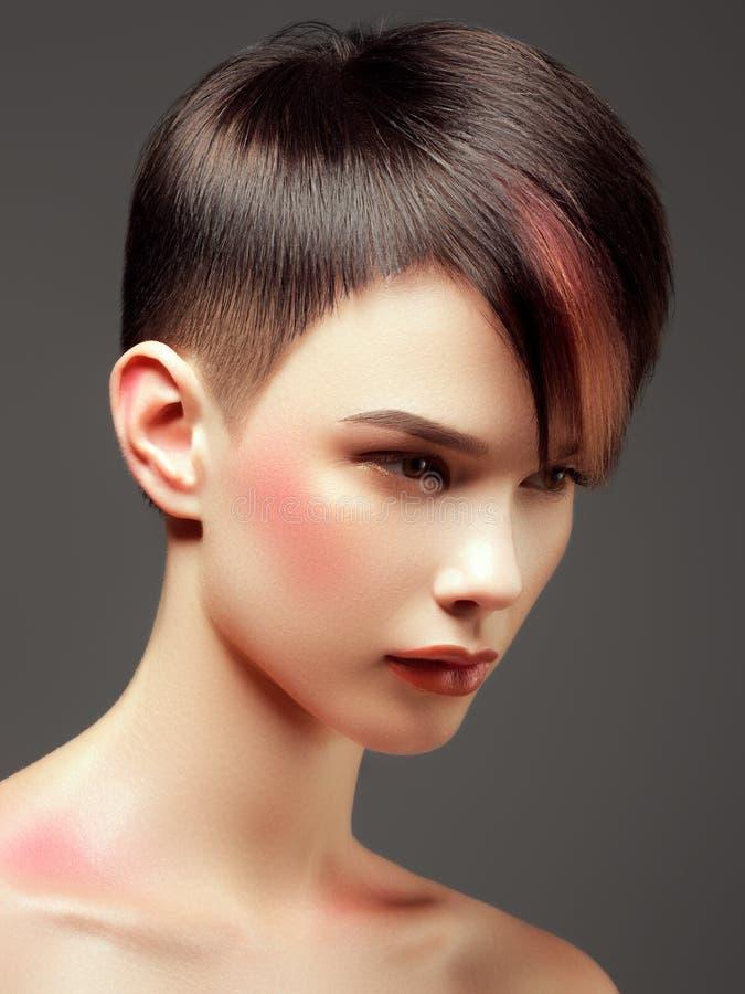 Salon de coiffure Concept de mode et de beauté Modèle de mode dans la robe d'or photo libre de droits