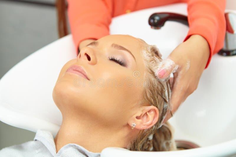 Salon de coiffure. Lavage avec le shampooing. image libre de droits