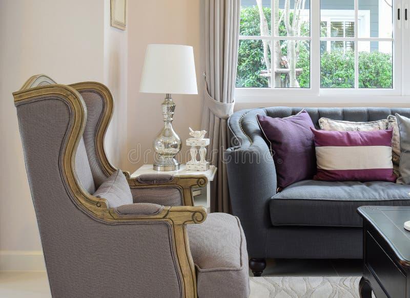 Download salon de luxe avec le sofa classique le fauteuil et la lampe décorative image