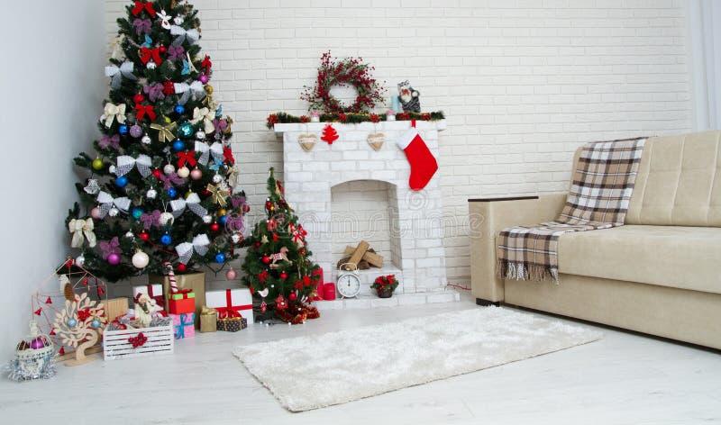 Salon de Noël avec un arbre de Noël et présents sous lui - style classique moderne, concept de nouvelle année image libre de droits