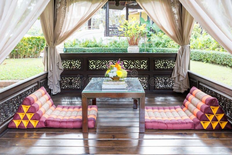 Salon de pavillon dans le jardin à la station de vacances tropicale pour le repos et le massag photographie stock libre de droits