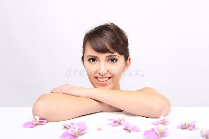 Salon de station thermale Fille se trouvant sur une table de massage images libres de droits