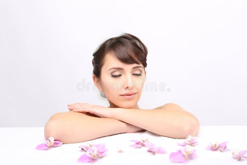 Salon de station thermale Fille se trouvant sur une table de massage images stock