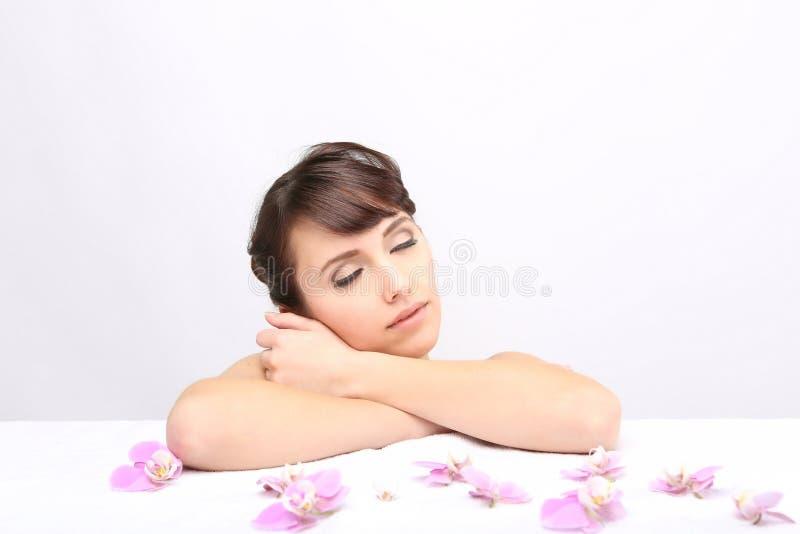 Salon de station thermale Fille se trouvant sur une table de massage photographie stock