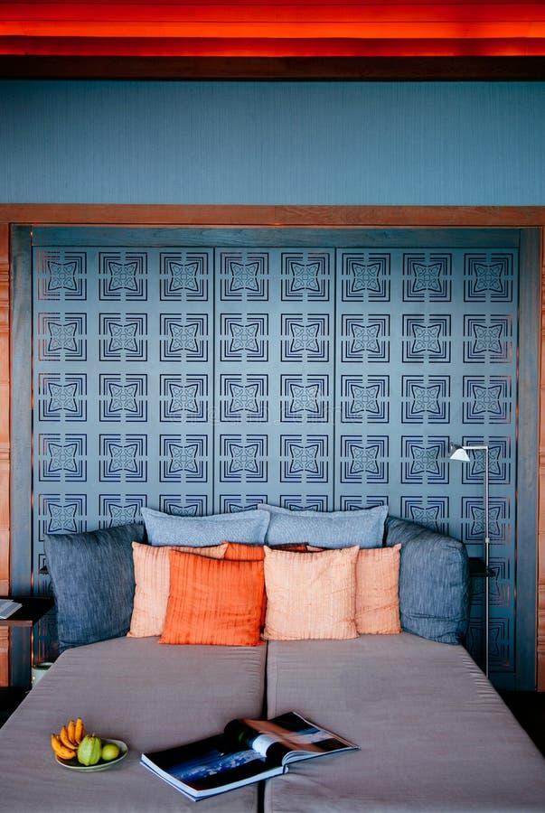 Salon de style de lieu de villégiature luxueux avec le divan, magazine d'oreillers et photo libre de droits