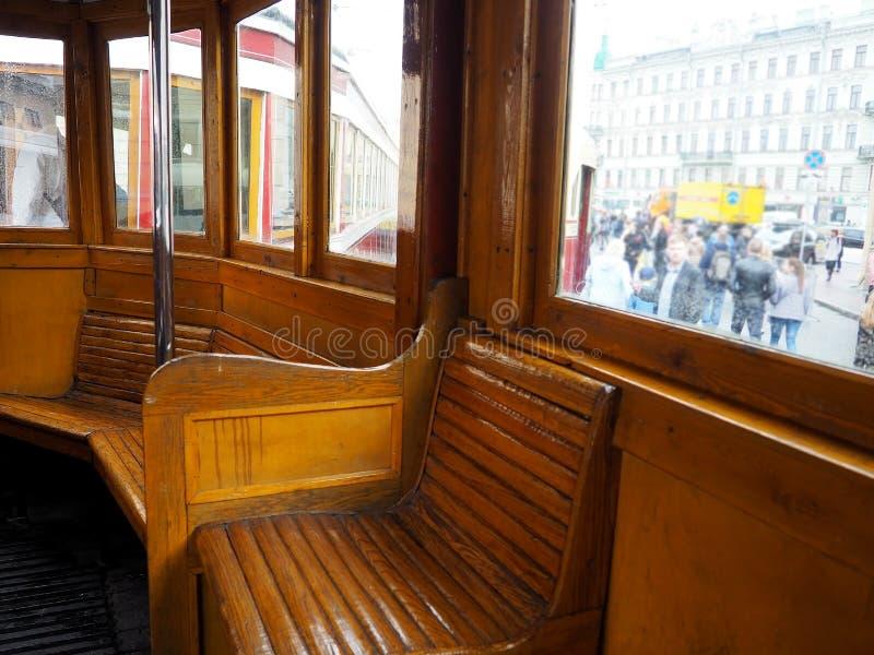Salon de train de cru ? l'int?rieur Vieux bancs en bois dans le train dans l'int?rieur images libres de droits