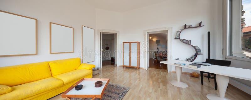 Salon de vieil appartement, image libre de droits