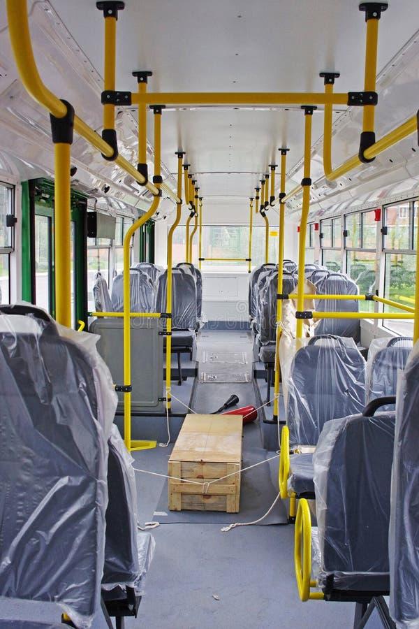 Salon des Oberleitungsbuses im ursprünglichen Verpacken mit Kasten Ersatzteilen lizenzfreie stockbilder