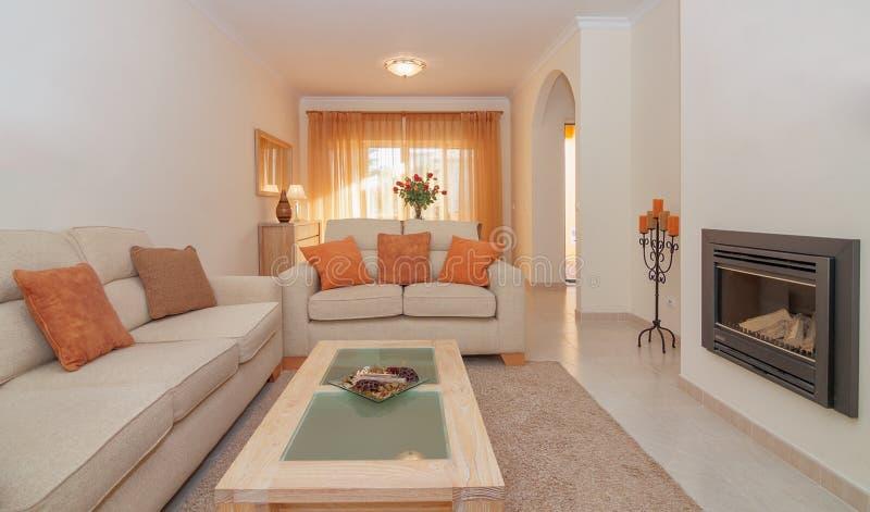 Salon luxueux dinant le salon avec la cheminée pour la détente. photographie stock libre de droits