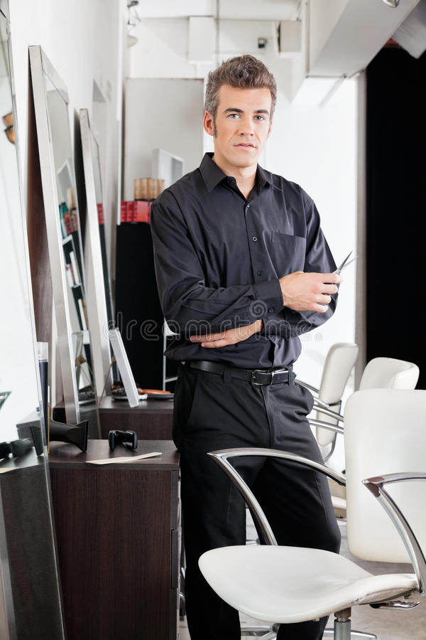 Salon masculin sûr de With Scissors At de coiffeur photos libres de droits