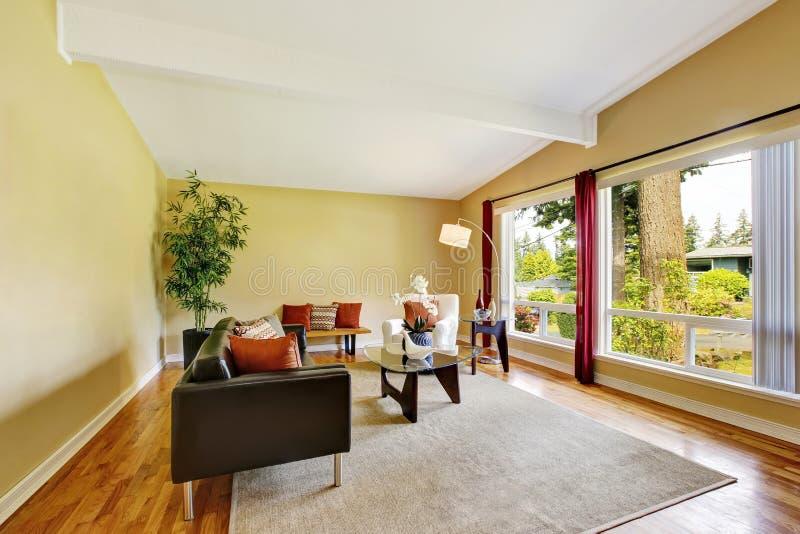 Salon moderne avec deux fenêtres et table basse en verre images libres de droits