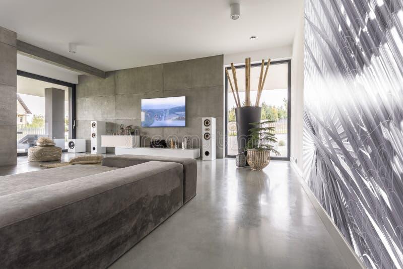 Salon moderne avec la peinture murale photographie stock libre de droits