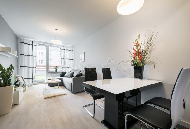 Salon moderne avec le plancher en bois images libres de droits