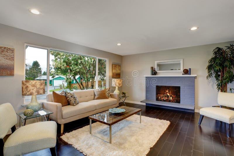 Salon moderne avec le plancher en bois dur foncé image libre de droits