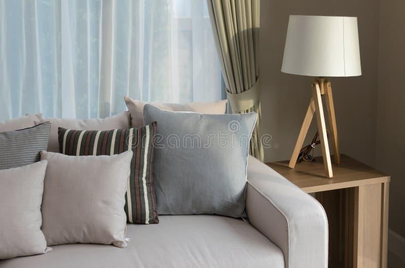 Salon moderne avec le sofa et la lampe en bois image stock for Salon en bois moderne