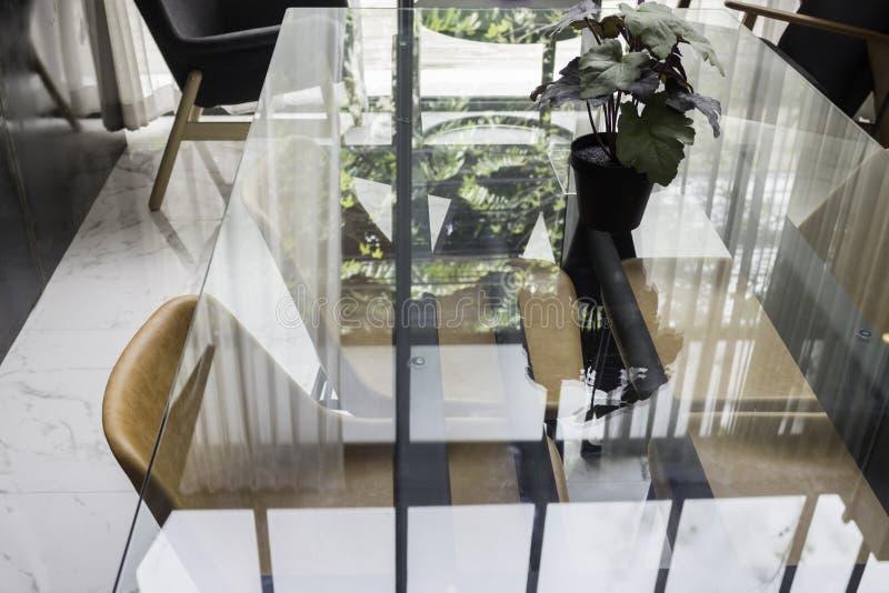 Salon moderne avec le sofa et la table basse images stock