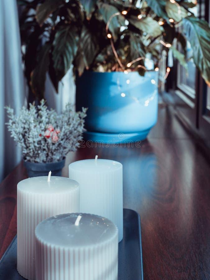 Salon, vase avec des bougies sur la table en bois photos libres de droits