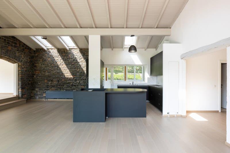 Salon vide avec la cuisine et l'île foncées photos libres de droits