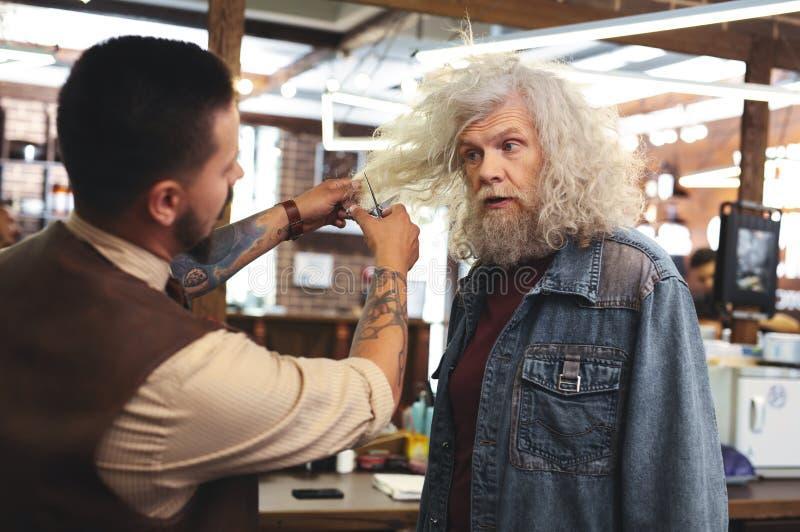 Salon vising supérieur frustrant de personne masculine images stock