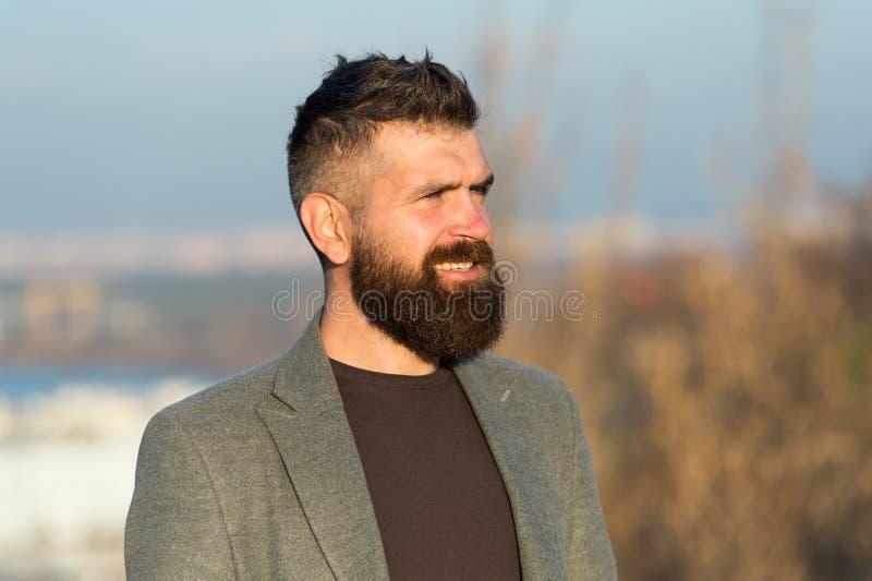 Salone barbiere per parrucchiere Guy Stylish long barbeard Taglio fresco Hipster barbuto con baffi di sfondo azzurro fotografie stock libere da diritti