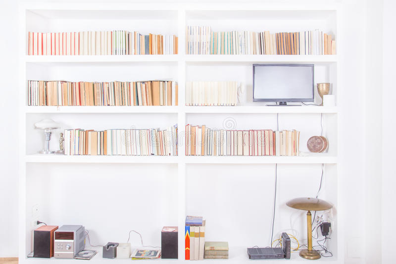 Salone bianco con lo scaffale per libri di legno moderno fotografia stock libera da diritti