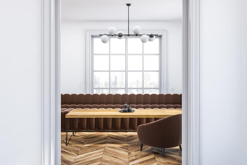 Salone bianco, sofà marrone, fine della porta su illustrazione vettoriale