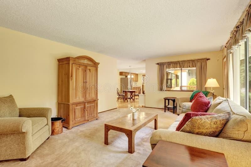Salone classico con le pareti giallo chiaro e la mobilia for Pareti salone