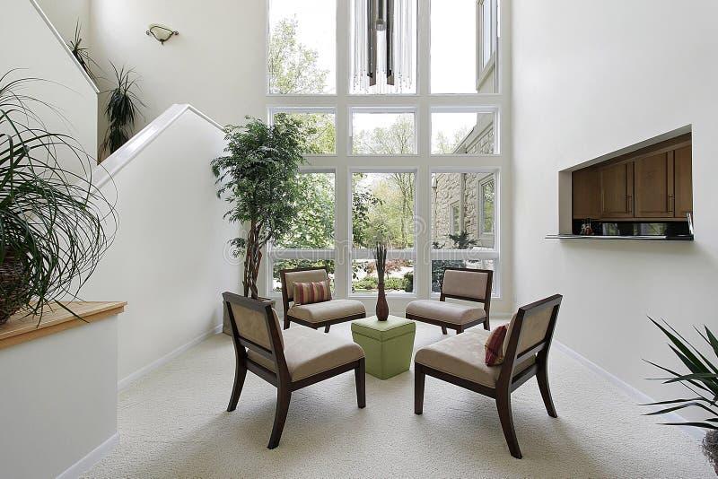 Salone con il pavimento alle finestre del soffitto for Finestre a soffitto