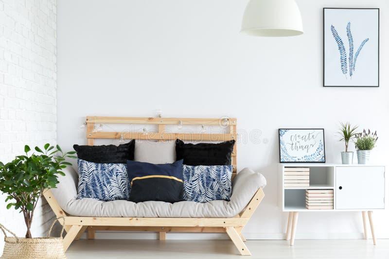 salone con il sofà fotografia stock