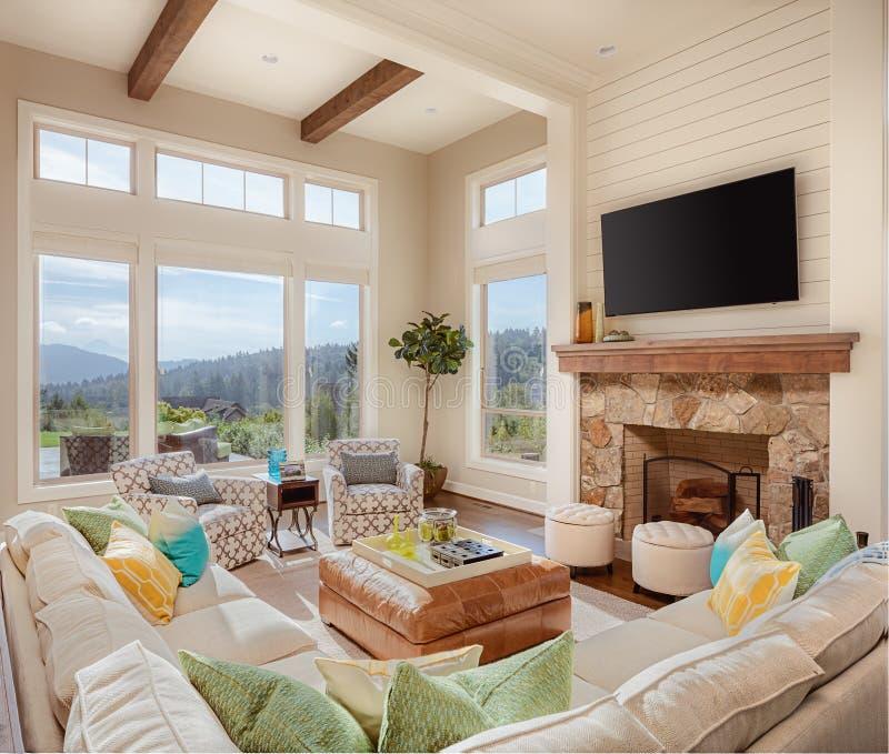 Salone con la bella vista nella nuova casa fotografia stock