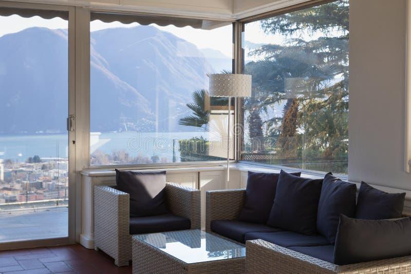 Salone con la finestra che trascura il lago immagini stock libere da diritti