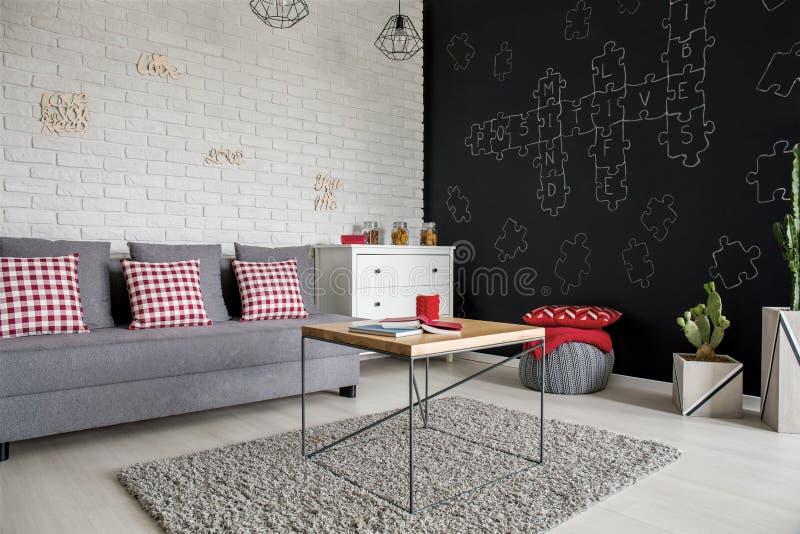 Salone con la parete della lavagna immagine stock