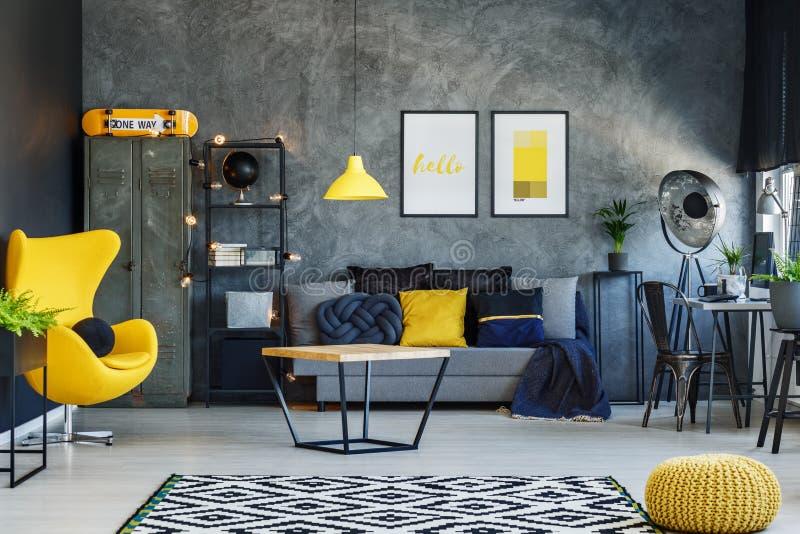 Salone con la sedia gialla immagine stock