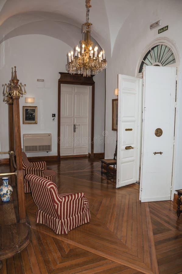 Salone con mobilia antica e porte in costruzione storica immagini stock libere da diritti