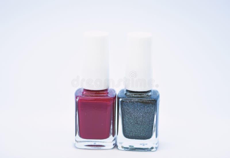 Salone del manicure Tendenza di modo Bottiglie variopinte di trucco Bellezza e concetto di cura Fondo bianco dello smalto durevol immagine stock libera da diritti