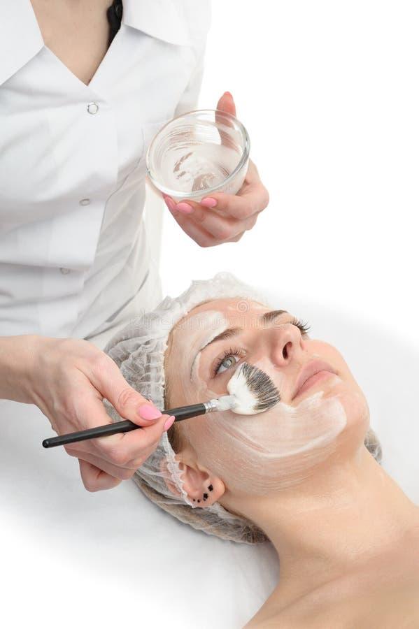 Salone di bellezza, applicazione facciale della maschera immagini stock libere da diritti