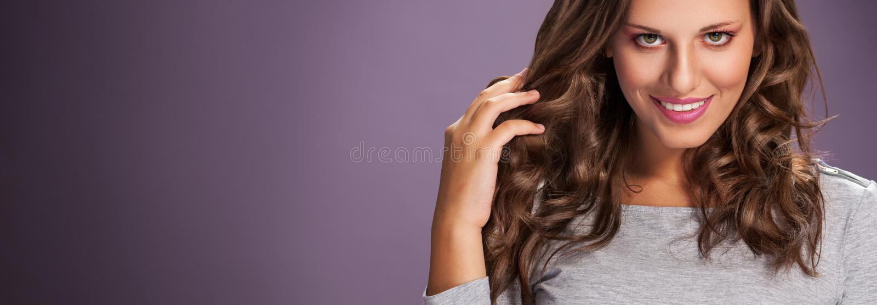 Salone di capelli Donna con capelli sani immagini stock