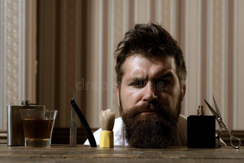 Salone di capelli ed annata del barbiere Grande tempo al parrucchiere Forbici del barbiere e negozio di barbiere del rasoio dirit fotografie stock