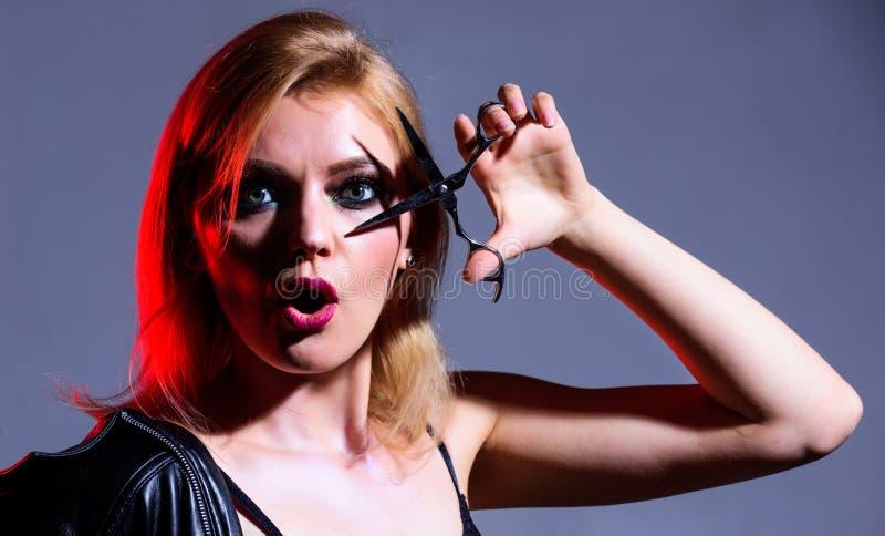 Salone di Haidresser E utensile per il taglio dei capelli donna sexy con trucco alla moda bellezza immagine stock