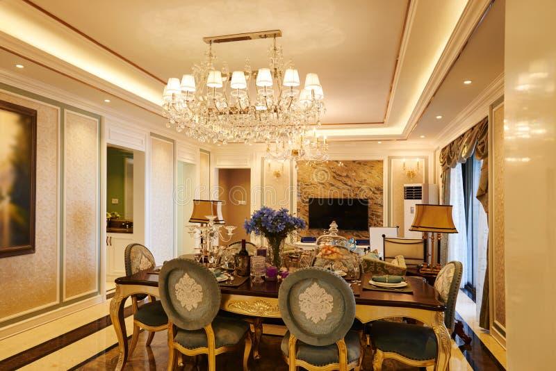 Salone di lusso con illuminazione di cristallo fotografie stock