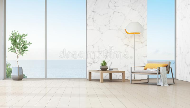 Salone di vista del mare della casa di spiaggia di lusso con la pianta d'appartamento vicino alla finestra di vetro immagine stock libera da diritti