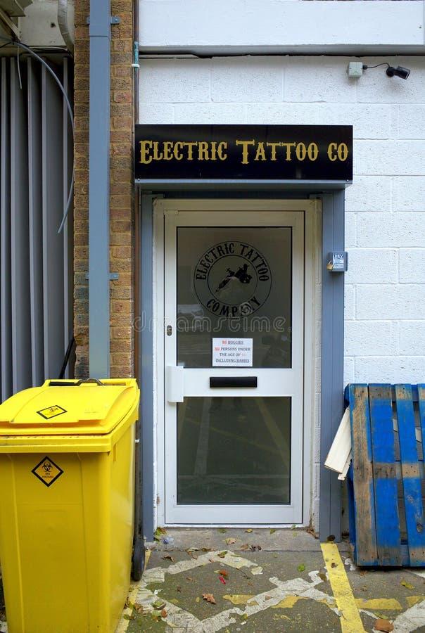 Salone elettrico del tatuaggio immagini stock libere da diritti