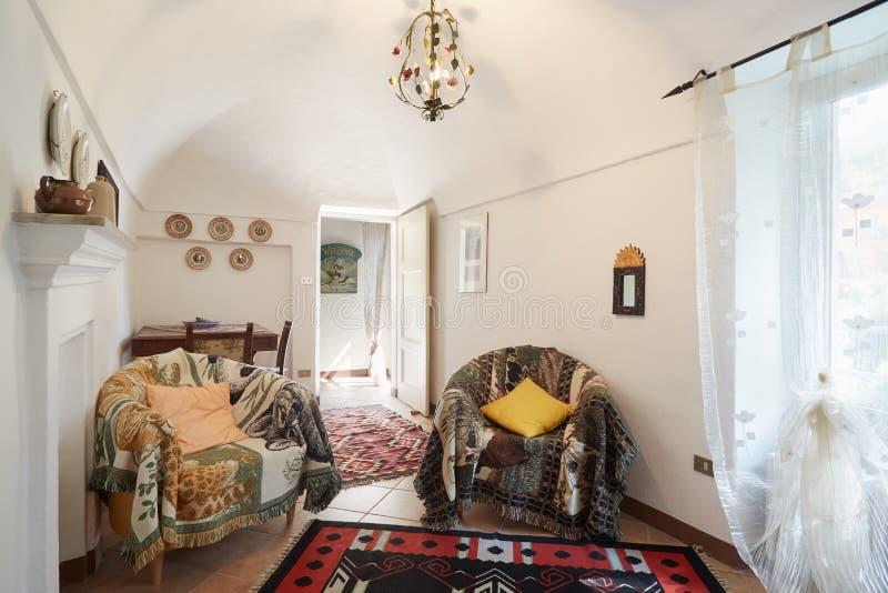 Salone, interno semplice soleggiato fotografie stock