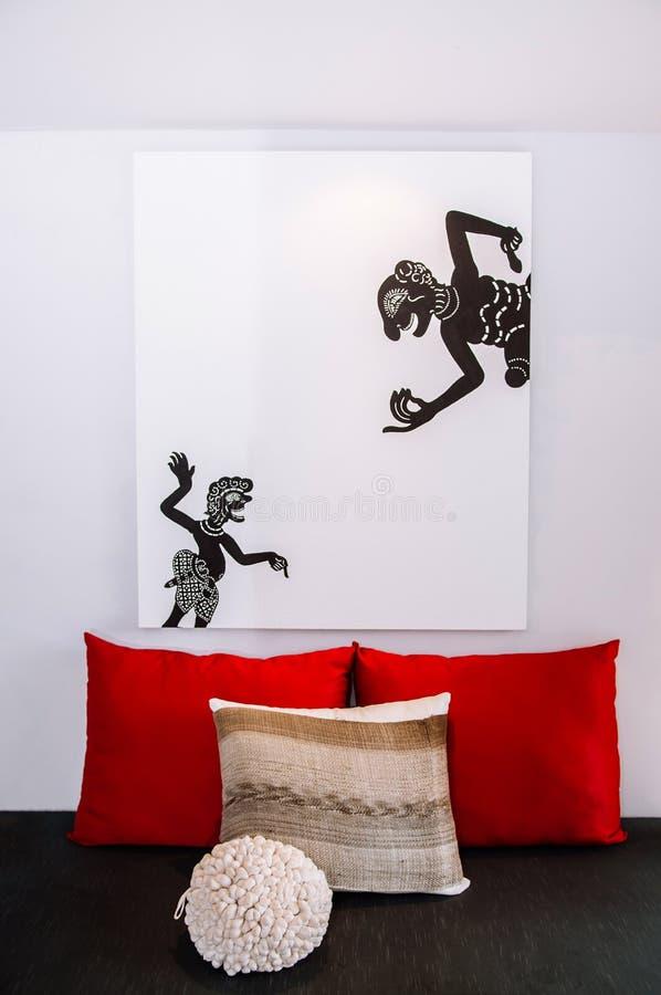 Salone minimo moderno bianco interno con mobilia variopinta fotografia stock libera da diritti