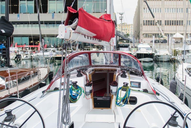 Salone Nautico, Genova, Italia 2017 - vista alta vicina delle barche lussuose fotografia stock