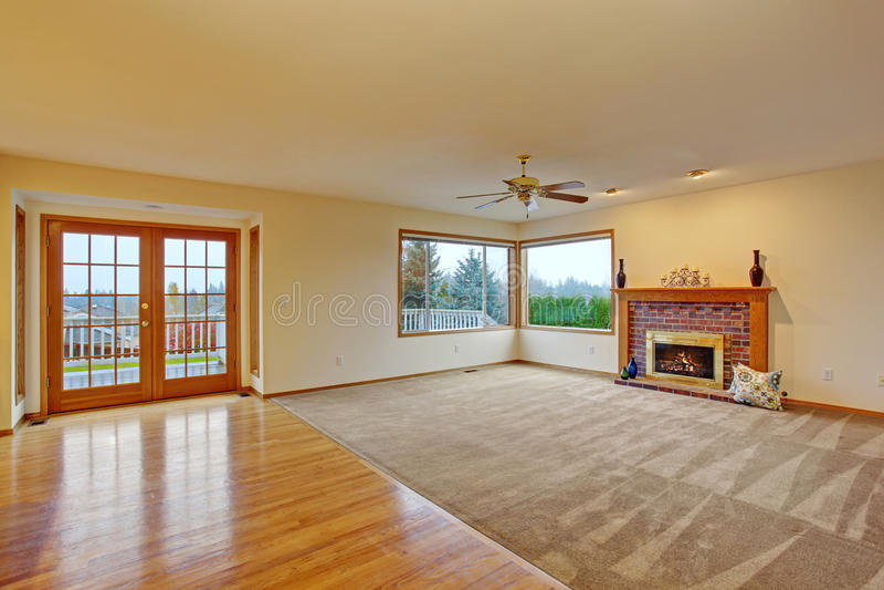 Salone non ammobiliato accogliente con tappeto fotografia stock